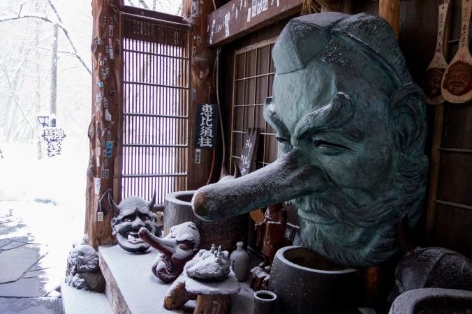 Sur le chemin des bains sont disposés des exemples assez impressionnants d'artisanat local.