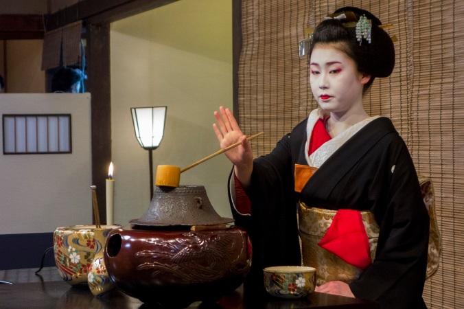 Cérémonie du thé par une geisha