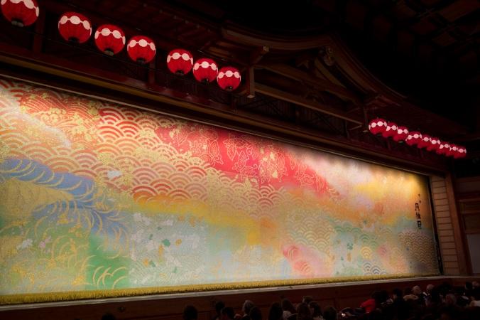 Avant le lever de rideau du grand spectacle des apprentis geisha